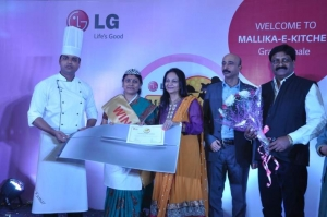 LG Mallika-E-Kitchen 2014 winner Mrs. Rita Mathur from Bhopal with Mr. Sanjay Chitkara, Head Corporate Marketing, LG India along with Celebrity Chef Nita Mehta