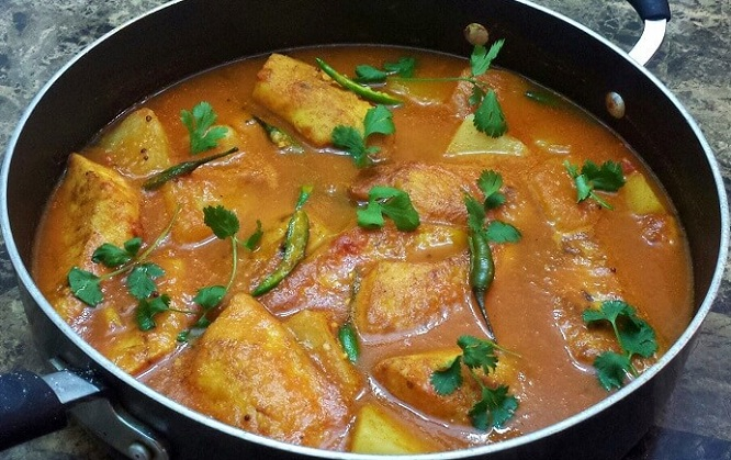 Masor Tenga is slow cooked fish with a broth made from outenga, tomatoes, and lemon and offers an extremely tangy refreshing flavour once done. Every Assamese definitely loves Masor Tenga.