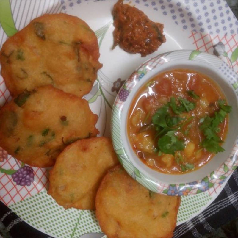 Dhuska is a popular deep fried snack eaten in Jharkhand. The main ingredients of the dhuska are powdered rice, chana dal powder and boiled potatoes.The bread is then deep fried. It is often served with any sauce or chutney. Dhuska is mostly made at the streets where people enjoy it as a snack .